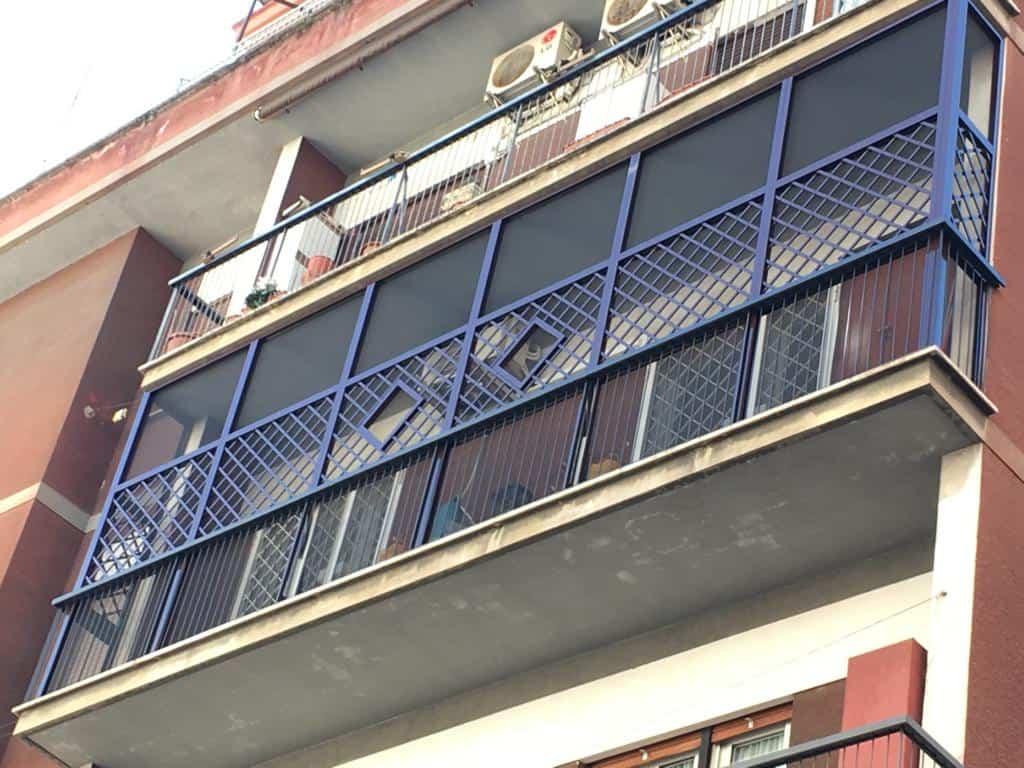 Fotografia di un Balcone con grigliati e rete protettiva per animali domestici a Roma.